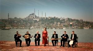 Het Brechtiaanse doch ook Griekse chorus van GEGEN DIE WAND / HEAD-ON: een traditionele Trukse muziekgroep