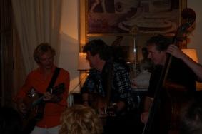 Gé Reinders met zijn bassist en gitarist