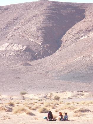 Kids in de bergachtige woestijn van Marokko