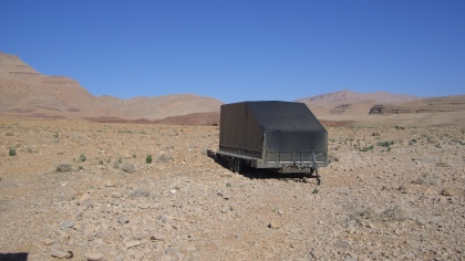 Eenzame trailer in rotsige omgeving