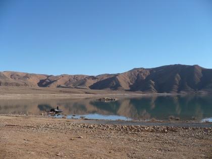 Berg stuwmeer nabij Er Rachidia