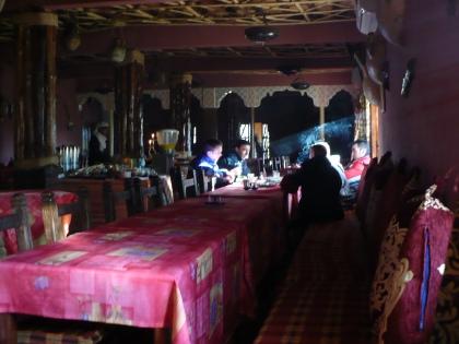 Interieur Marokkaanse eetzaal bij een stroomuitval