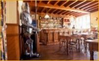 De Bar van Hotel-Restaurant LE MOULIN DES TEMPLIERS - Maisoneuve/Chaudes-Aigues - Auvergne