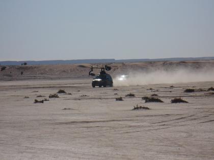 Russian Arm in actie op de zoutvlaktes ver achter Merzouga