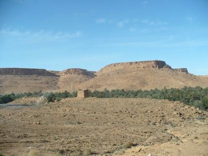De ruine van een stadsmuur in de bergen